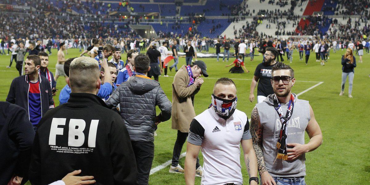 VIDEO: Afición invade cancha para evitar golpiza y retrasan juego de Europa League