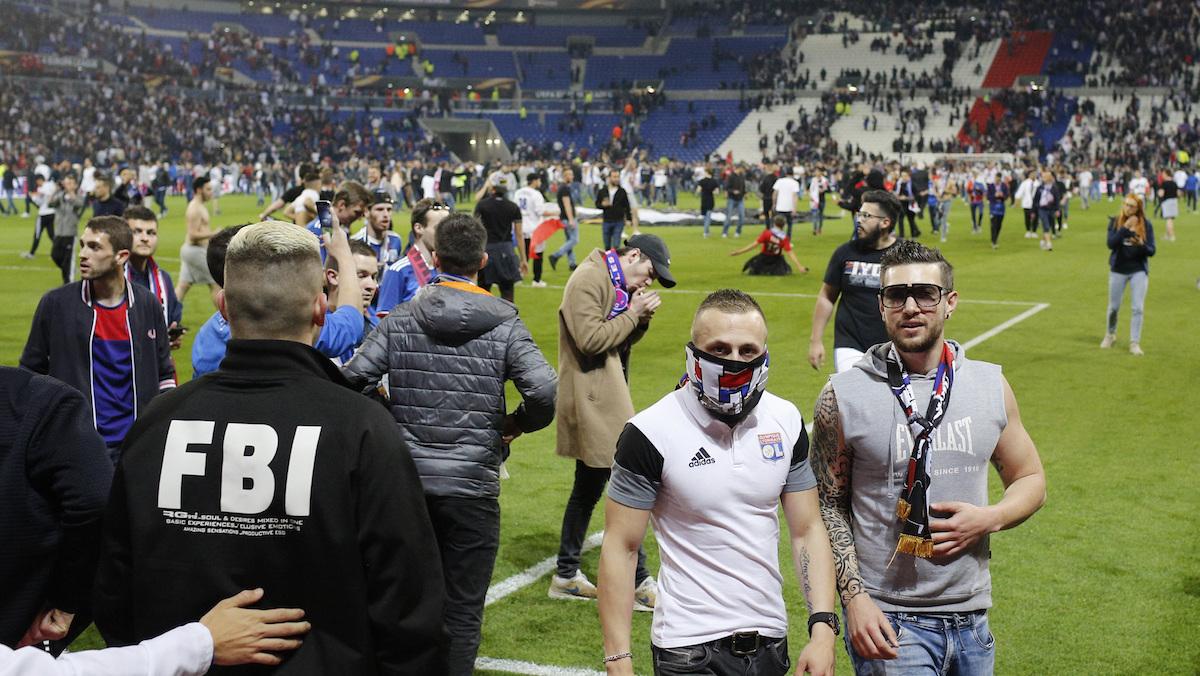Las autoridades tuvirorn que sacar a los seguidores para que se jugara el partido|AP