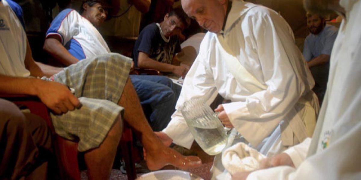 Papa Francisco lava los pies de 12 prisioneros con tuberculosis