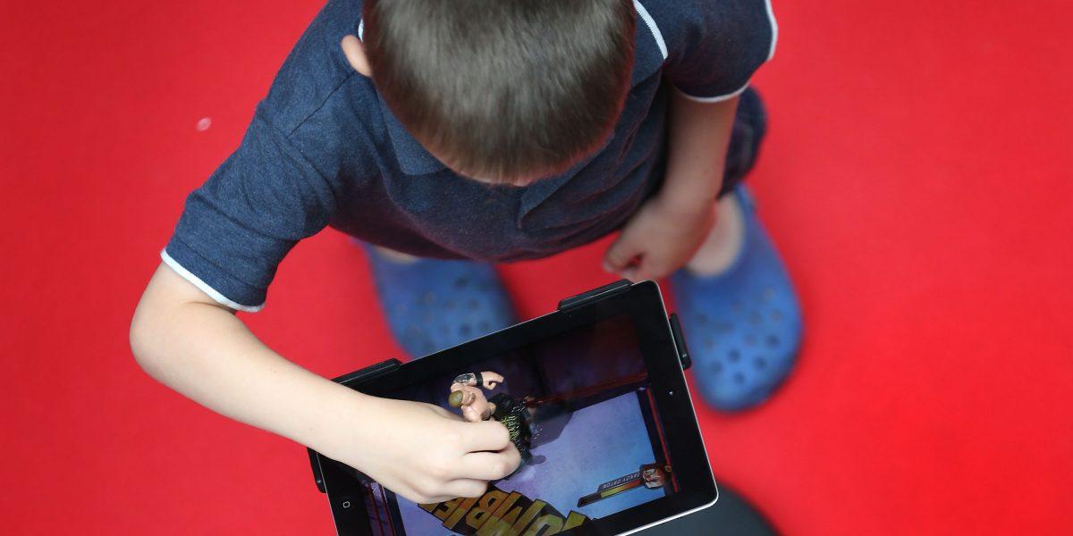 El impacto negativo que sufren los niños con el uso de las pantallas táctiles