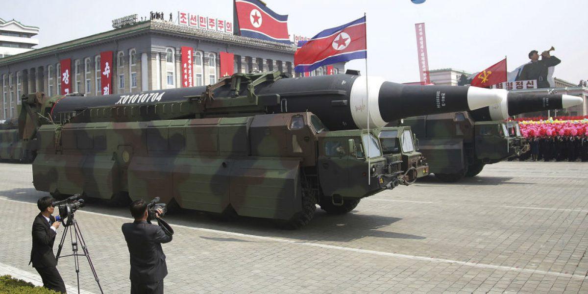 Corea del Norte exhibe misiles en desfile militar