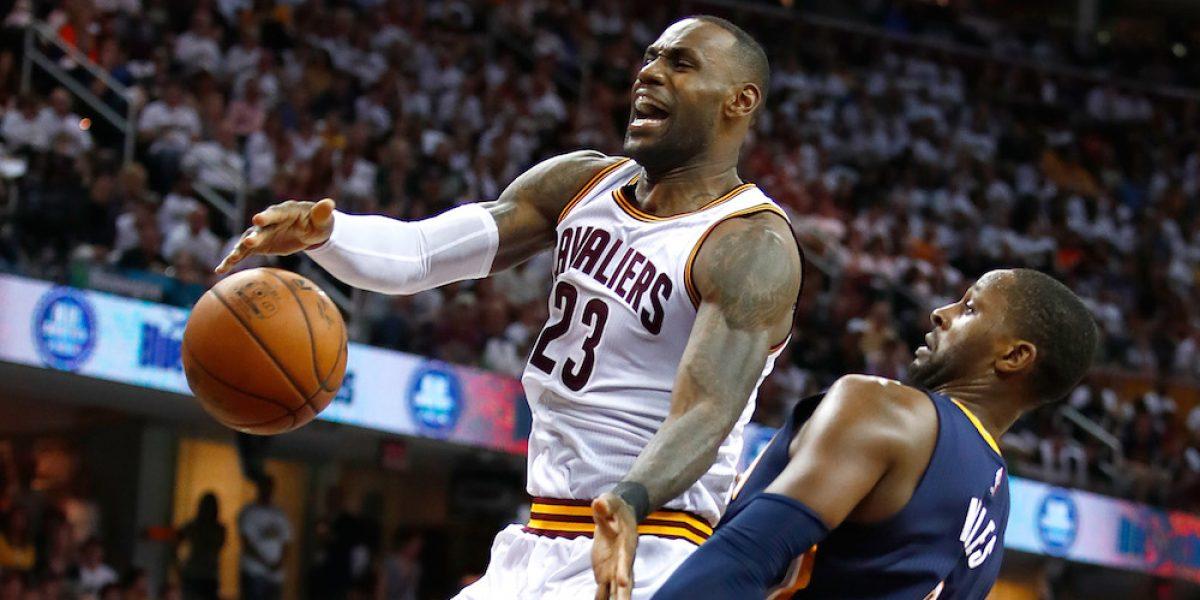 LeBron James y Cavs sacan apurado triunfo ante Pacers en arranque de playoffs