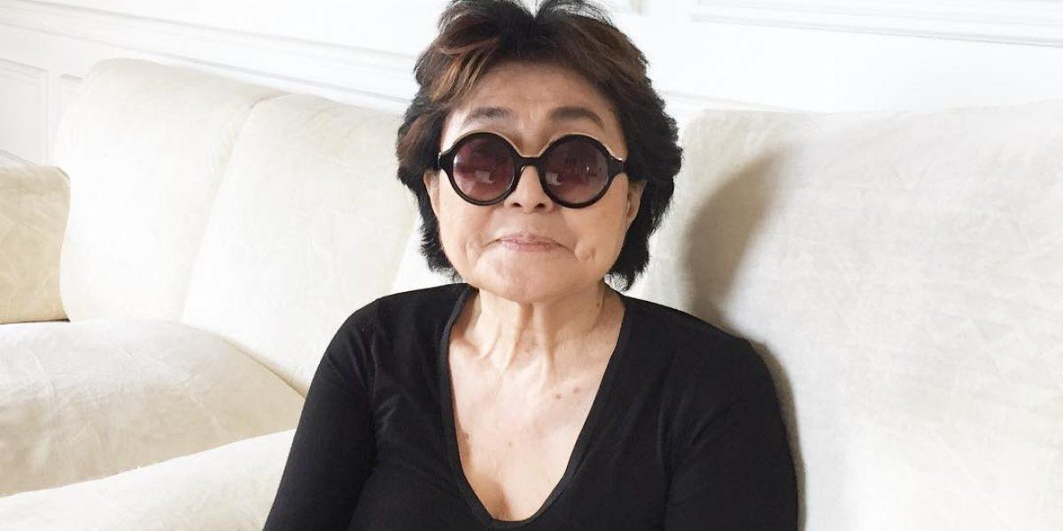 Yoko Ono reaparece muy frágil y en silla de ruedas