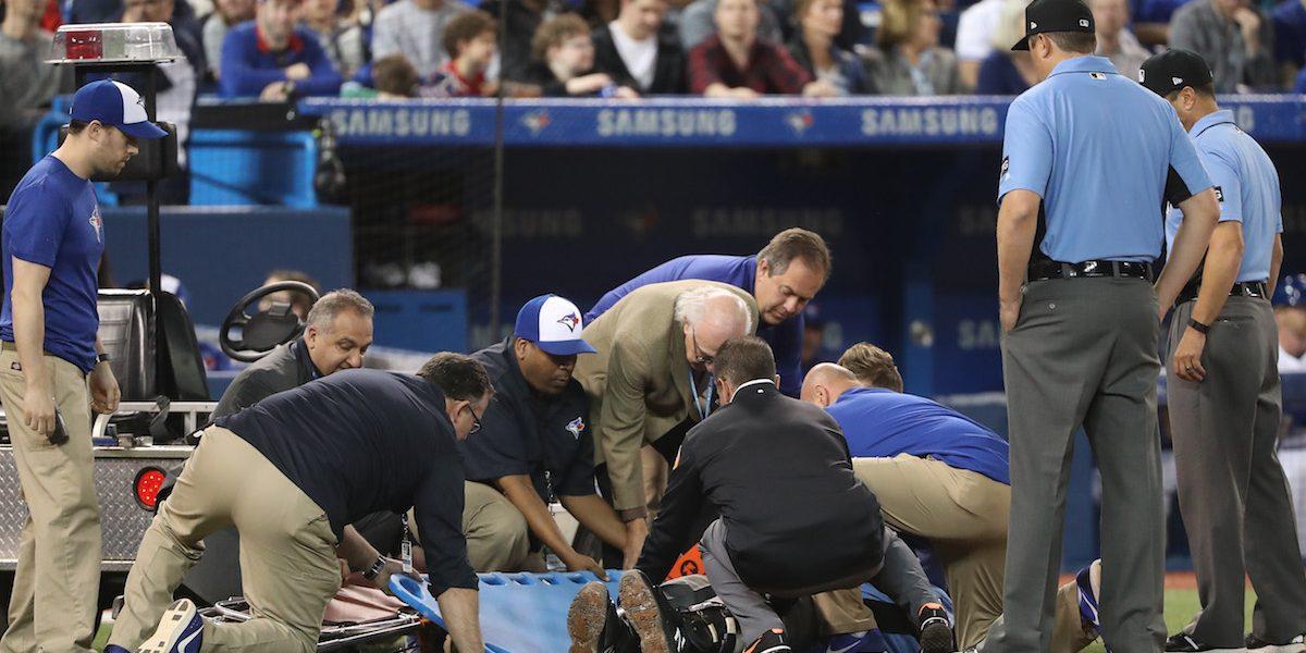 VIDEO: Umpire queda conmocionado luego de un pelotazo en la cara