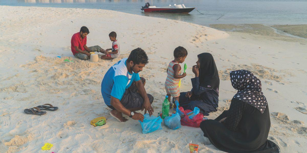 Conforme las Maldivas ganan turistas, están perdiendo sus playas