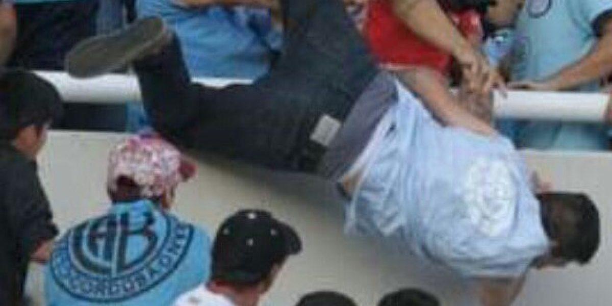 VIDEO: Aficionado es lanzado desde las gradas en estadio de Argentina