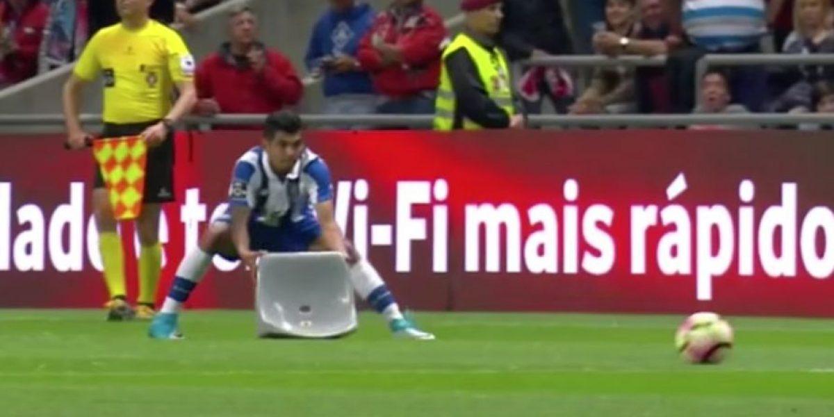VIDEO: Le avientan una butaca a 'Tecatito' Corona en partido del Porto