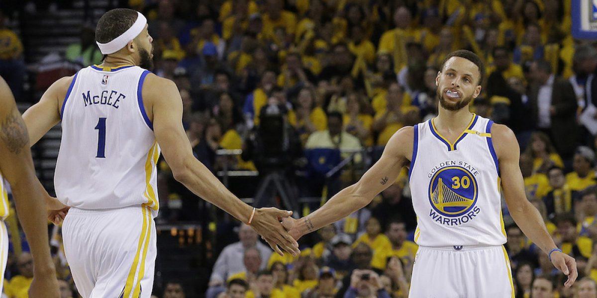 Warriors inician su camino al título con dominante triunfo sobre Blazers
