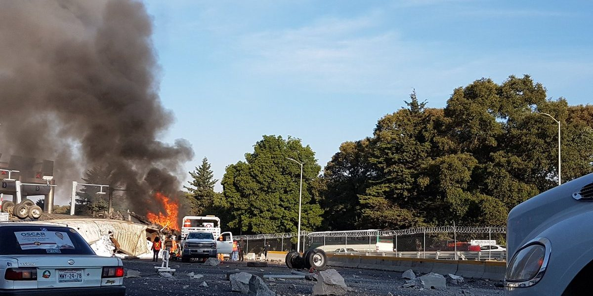 Tráiler vuelca y se incendia en autopista de La Marquesa