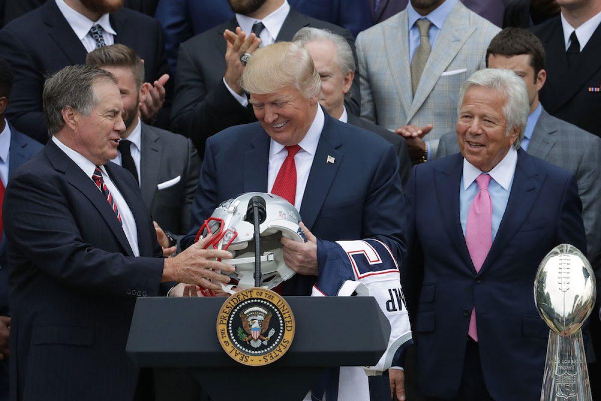 © 2017 Getty Images. Imagen Por: Trump recibió un casco y jersey de regalo. / Getty Images