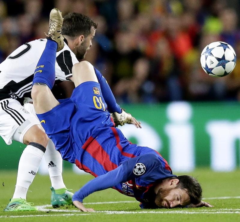 El goleador argentino tuvo que abandonar la cancha para ser atendido|AP