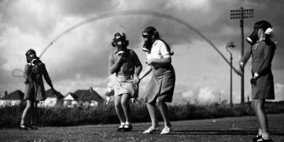 Infancia entre ruinas: fotos históricas y actuales de niños jugando en tiempos de guerra