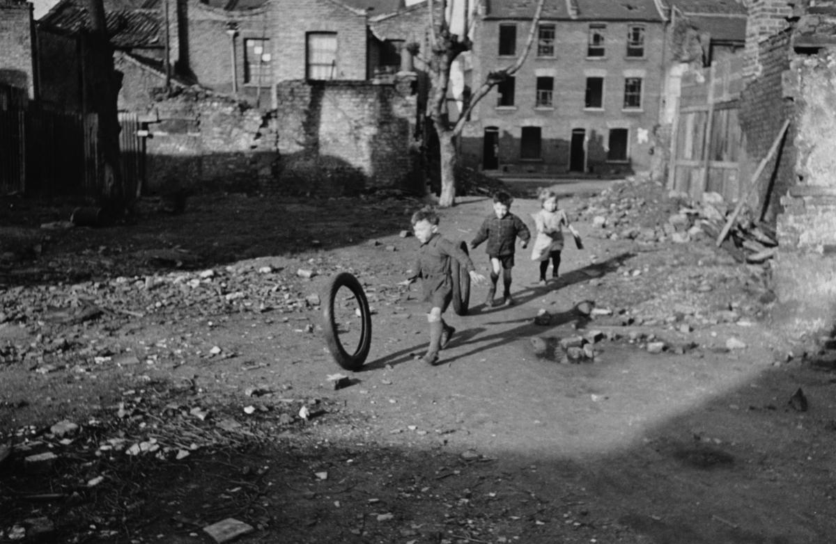 Niños jugando en un área bombardeada en Londres el 9 de marzo de 1946. Getty.