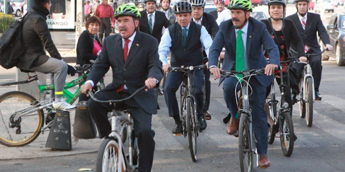Senadores celebran el Día de la Bicicleta pedaleando en Reforma