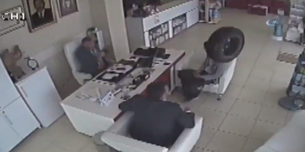 ¡De no creerse! Llanta se impacta en dos hombres que esperaban en un consultorio
