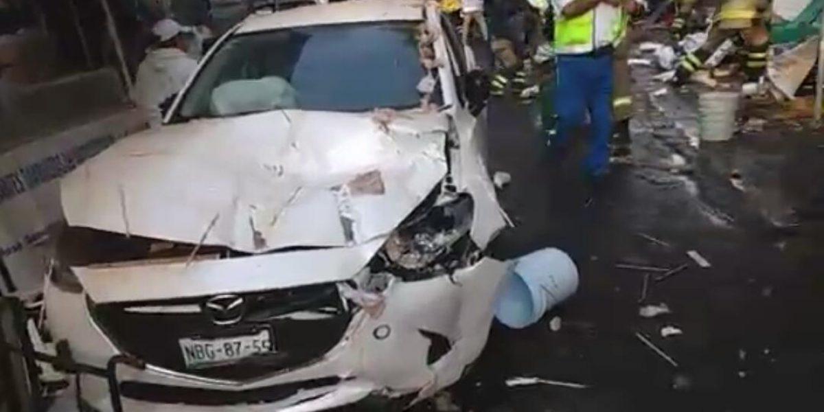 Automóvil se impacta contra puestos de un tianguis, un muerto y 9 heridos