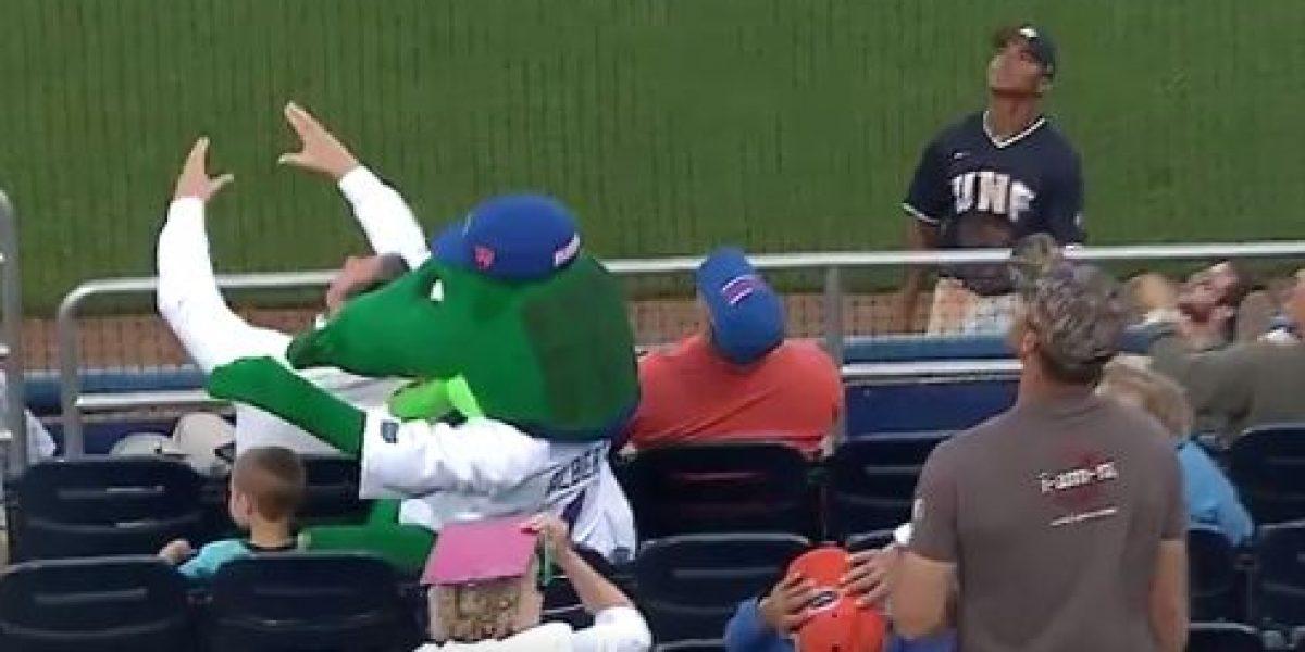 VIDEO: Mascota de beisbol salva a niño de pelotazo