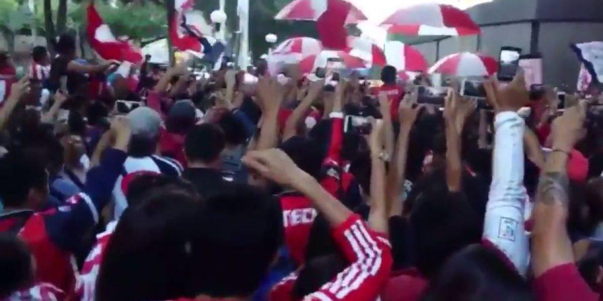VIDEO: Aficionados dan recibimiento de locura a Chivas en la CDMX