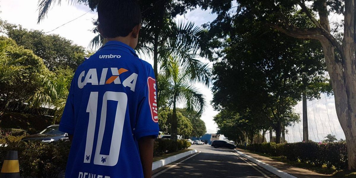 Niño conmueve al diseñar con plumones su playera de Cruzeiro por falta de dinero