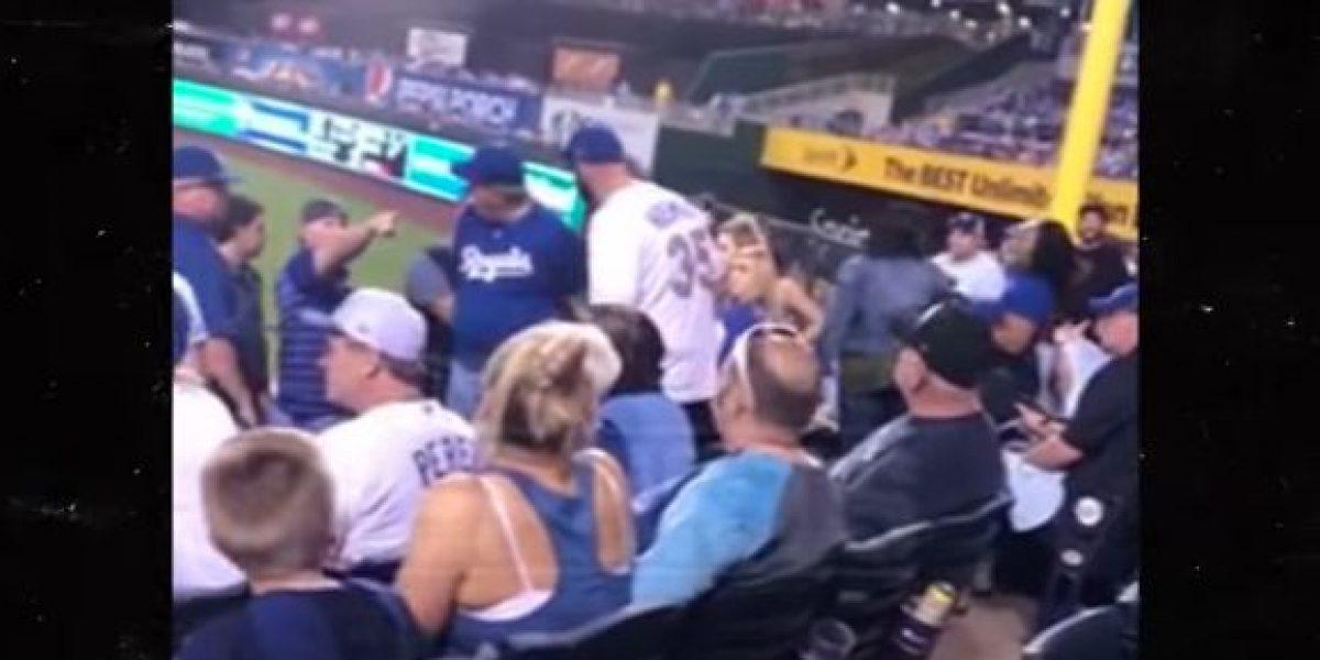 VIDEO: Aficionado golpea a una mujer en pleno partido de beisbol