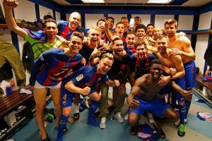 """Neymar se """"cuela"""" en la celebración del Barcelona"""