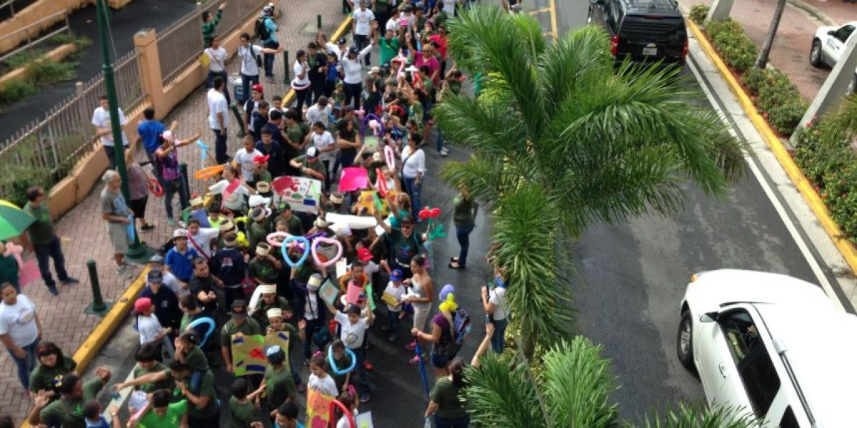 Colegio cristiano marcha en contra del Día de Halloween