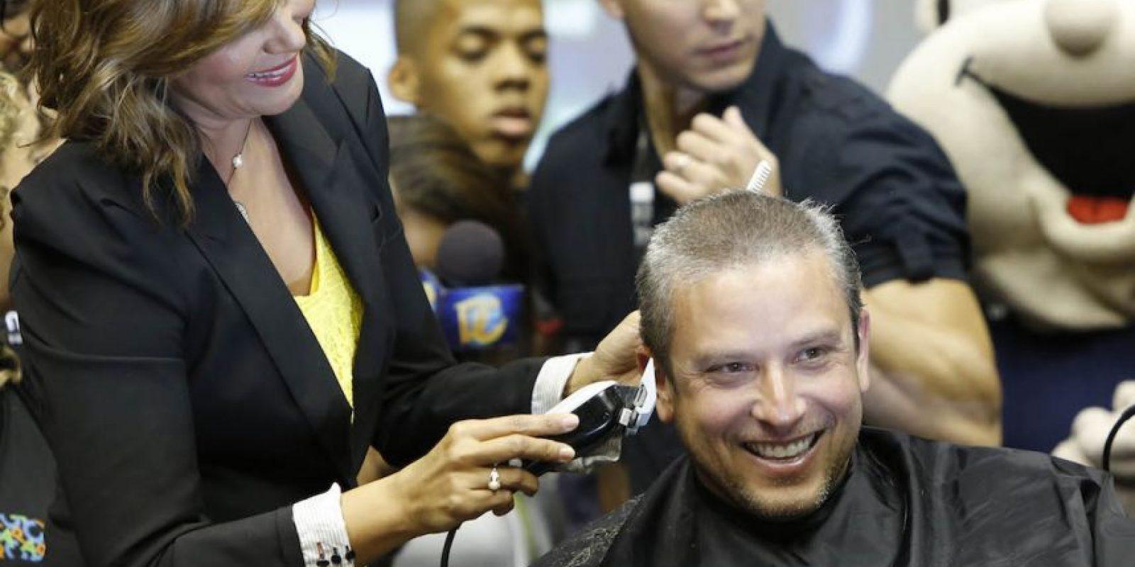 La primera dama Wilma Pastrana pasó la máquina de recortar a su esposo, el gobernador García Padilla. Foto:Suministrada. Imagen Por: