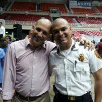 Presidente Ejecutivo de la AAA, Alberto M. Lázaro Castro, junto al Jefe de Bomberos, Ángel Crespo Foto:@ACUEDUCTOSPR vía Twitter. Imagen Por: