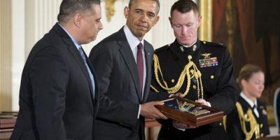 El presidente Obama se dispone a entregar a Richard Conde la Medalla de Honor de su padre, el sargento Félix M. Conde Falcón. Foto:The Associated Press. Imagen Por: