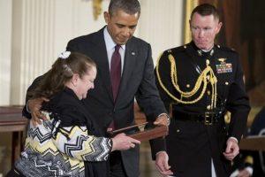 Iris Negrón aceptó la Medalla de Honor a nombre de su padre, Juan E. Negrón. Foto:The Associated Press. Imagen Por: