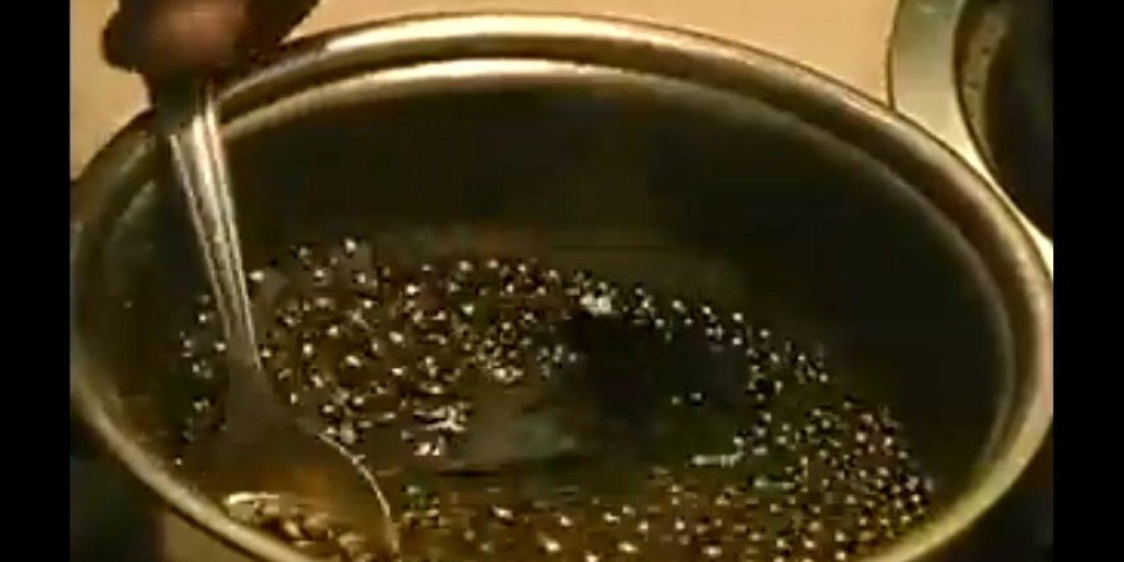 El refresco de cola también tiene un resultado especial si lo pones a hervir Foto:Captura. Imagen Por: