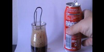 Coloca un trozo de cobre dentro de un vaso lleno de este refresco y verás el resultado Foto:Captura. Imagen Por:
