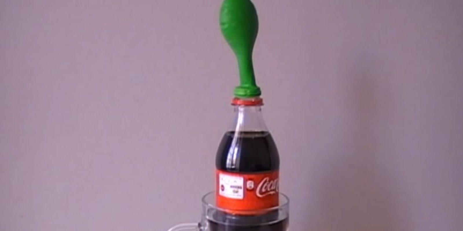 Un vaso de agua caliente, una coca y un globo. Foto:Captura. Imagen Por: