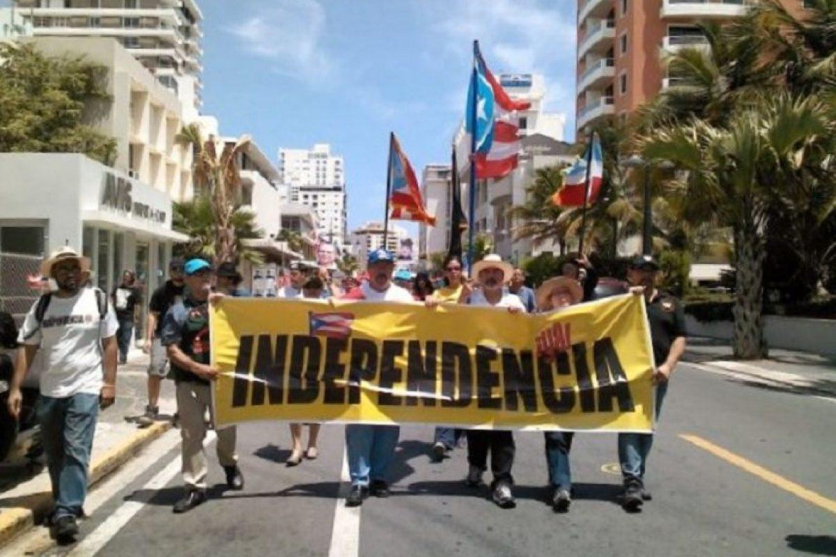 La manifestación recorrió la principal arteria del sector turístico del Condado con pancartas reclamando la independencia y la libertad de los presos políticos. Foto:INS. Imagen Por: