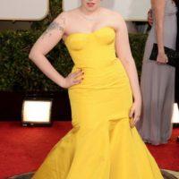 Lena Dunham es una imprescindible en esta lista. Siempre lo arruina con sus trajes, y por qué no en los Globos de Oro. Este pobre Zac Posen del año pasado, para el olvido. Foto:Getty Images. Imagen Por: