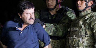 """Joaquín """"El Chapo"""" Guzmán es obligado a mirar a la prensa mientras es escoltado a un helicóptero esposado por soldados mexicanos en un hangar federal en Ciudad de México, el viernes 8 de enero de 2016. Foto:AP. Imagen Por:"""