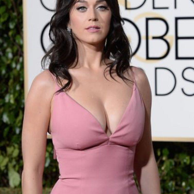 Katy Perry trató de imitar el look que hizo tan popular a Brigitte Bardot alguna vez. Falla por el escotazo y el desaliño. Foto:vía Getty Images. Imagen Por: