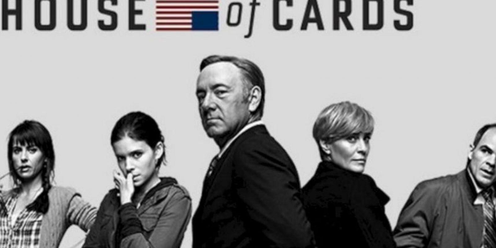 """Se trata de un drama político estadounidense protagonizado por Kevin Spacey como """"Frank Underwood"""", un congresista demócrata que se siente traicionado cuando el presidente electo no cumple su promesa de designarlo como Secretario de Estado. Foto:Netflix. Imagen Por:"""