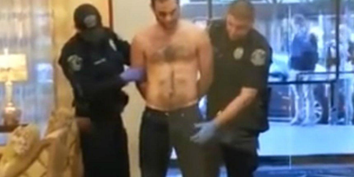 Policía revisa entrepierna y se da cuenta de que no es un arma
