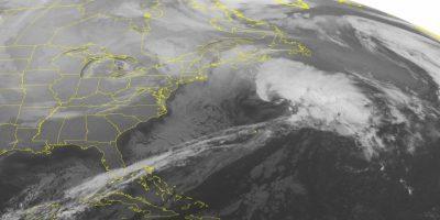Imagen de satélite de la Oficina Nacional de Administración Oceánica y Atmosférica (NOAA), tomada el lunes 18 de enero de 2016 a las 00:45 am, hora de la costa este, mostrando una formación nubosa en alta mar frente a la costa de New England. La combinación de un frente frío y la humedad del noreste traerá nieve desde Maine a Nueva York. Foto:AP. Imagen Por: