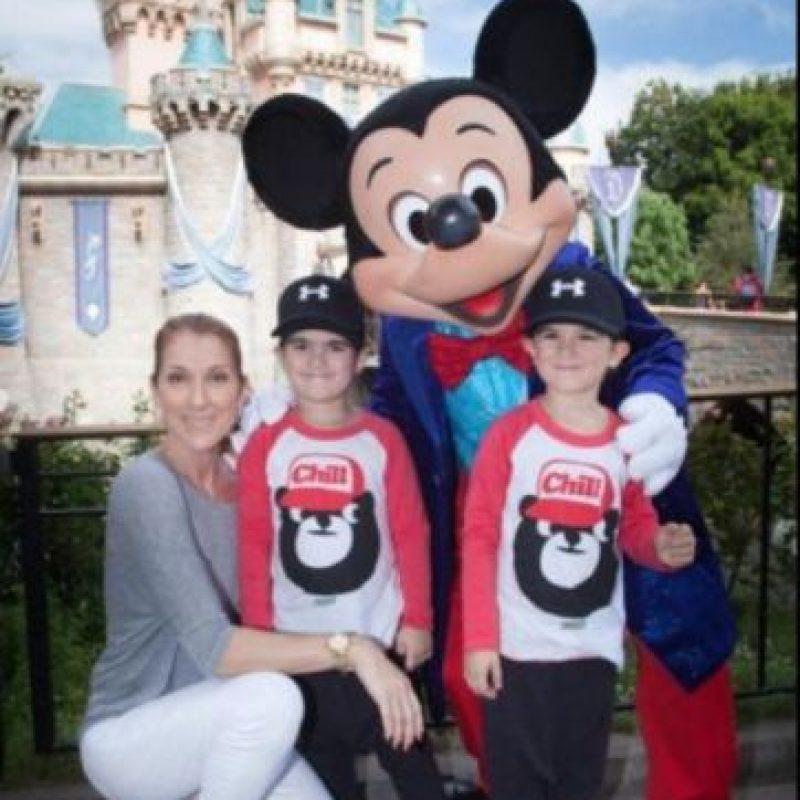 En un viaje a Disney. Foto:vía twitter.com/celinedion. Imagen Por: