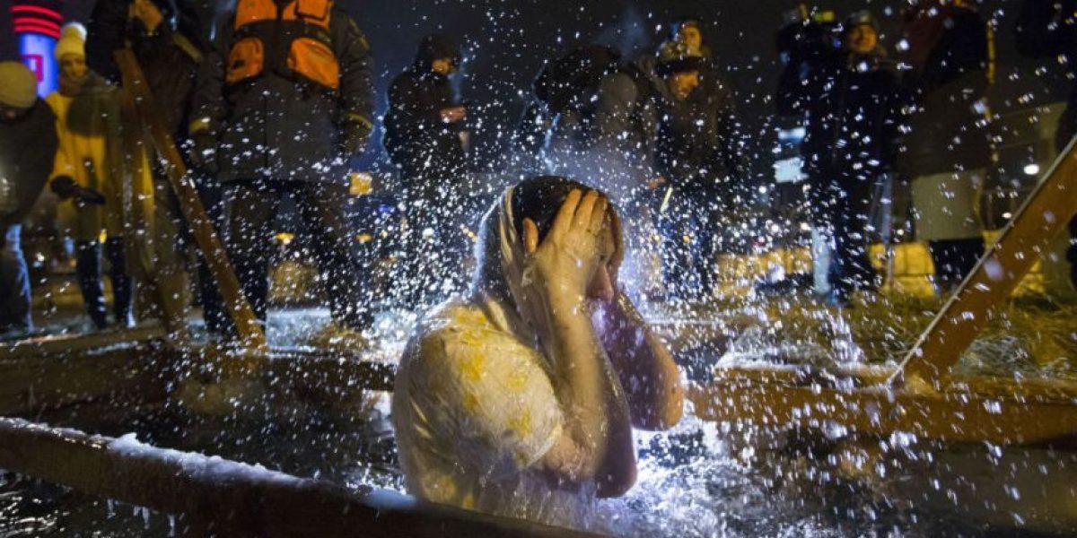 Rusos se sumergen en aguas heladas celebrando la Epifanía
