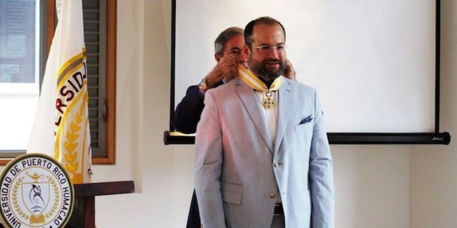 El rector Vázquez Vera recibió la distinción de manos del cónsul general de España en Puerto Rico. Foto:INS. Imagen Por: