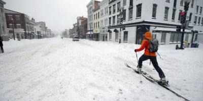 Un hombre usa esquíes de cross country para avanzar por la calle M NW del barrio Georgetown de Washington DC, el sábado 23 de enero de 2016. Foto:AP. Imagen Por: