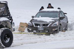 Transeúntes empujan un auto varado en la nieve en Richmond, Virginia, sábado 23 de enero de 2016. Una decena de personas han muerto en la gran tormenta de nieve que azota el este de Estados Unidos. Foto:(AP Foto/Steve Helber). Imagen Por: