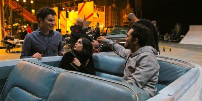 """En esta imagen difundida por Fox, de izquierda a derecha, Thomas Kail, Vanessa Hudgens y Carlos PenaVega durante un ensayo para """"Grease:Live"""", que se transmite el domingo 31 de enero del 2016 a las 7 p.m. hora del este. (Kevin Estrada/FOX vía AP). Imagen Por:"""