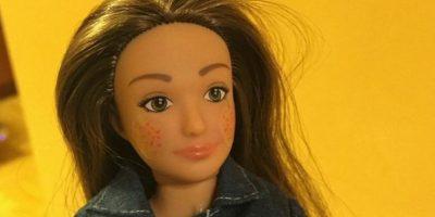 """""""Me di cuenta en la tienda de juguetes que había un gran muro de muñecas de moda y sentí como que estas muñecas estaban diciendo, 'Si no eres una supermodelo, algo está mal contigo'. """"No hay nada malo en ser una supermodelo, pero creo que debería haber una alternativa en los estantes de juguete"""", dice el artista e investigador con sede en Pittsburgh, Estados Unidos. Foto:Lammily. Imagen Por:"""
