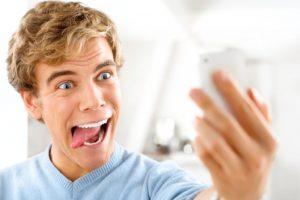 Quienes toman más tiempo en retocar sus fotos tienen características narcisistas más fuertes. Foto:Thinkstcok. Imagen Por: