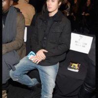 En 2011, cuando tenía solo 17 años, Justin Bieber se hizo la prueba de paternidad para demostrar que no era el pafre del hijo de Mariah Yeater, de 20 años en ese entonces. Yeater alegó que Bieber perdió su virginidad con ella tras bastidores en Los Ángeles. Sin embargo, el canadiense dijo no conocerla. Un par de semanas después, la joven retiró la demanda, ya que ella saldría más perjudicada, pues las leyes de California advierten que la edad para tener relaciones sexuales es a los 18, por lo tanto, su encuentro con Justin se consideraba violación. Foto:Getty Images. Imagen Por: