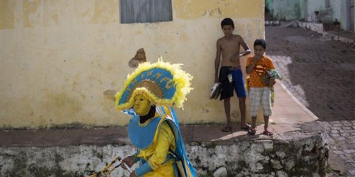 Máscaras y látigos, señas de Carnaval en un pueblo de Brasil